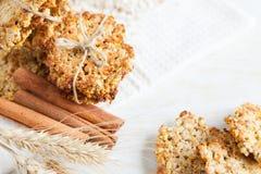 Pila di biscotti e di orecchie del cereale di frumento Fotografie Stock Libere da Diritti