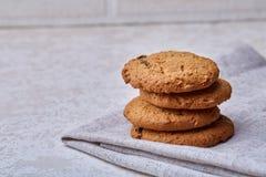 Pila di biscotti di pepita di cioccolato su fondo di legno I biscotti di pepita di cioccolato impilati hanno sparato con il fuoco Fotografie Stock