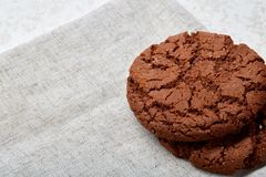 Pila di biscotti di pepita di cioccolato su fondo di legno I biscotti di pepita di cioccolato impilati hanno sparato con il fuoco Fotografia Stock