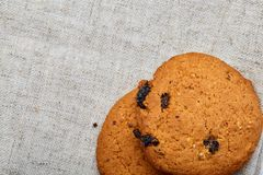Pila di biscotti di pepita di cioccolato su fondo di legno I biscotti di pepita di cioccolato impilati hanno sparato con il fuoco Fotografia Stock Libera da Diritti