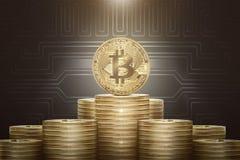 Pila di bitcoins dorati con una moneta che sta sulla cima Fotografia Stock Libera da Diritti