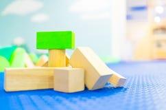 Pila di blocchetto del giocattolo sul campo da giuoco dei bambini Immagini Stock Libere da Diritti