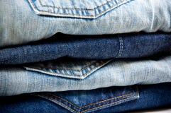 Pila di blue jeans Immagini Stock