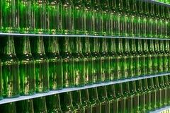 Pila di bottiglie di vetro verdi vuote della birra Fotografie Stock Libere da Diritti