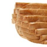 Pila di Brown di pane affettato su fondo bianco Immagine Stock