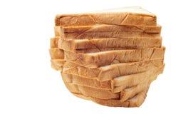 Pila di Brown di pane affettato su fondo bianco Immagini Stock
