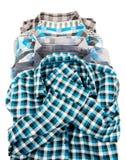 Pila di camice degli uomini lungamente collegati del plaid Fotografie Stock