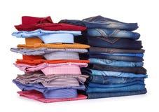 Pila di camice variopinte e di jeans dell'ufficio Fotografia Stock