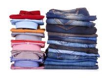 Pila di camice variopinte e di jeans dell'ufficio Fotografie Stock Libere da Diritti