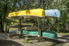 Pila di canoe immagini stock