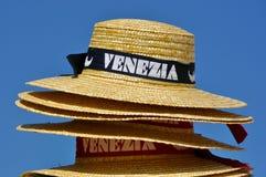 Pila di cappelli per le gondoliere veneziane Immagine Stock