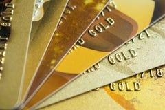 Pila di carte di credito dell'oro su fondo scuro, fine su spirito di vista fotografia stock libera da diritti