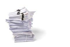Pila di carte d'ufficio isolate su fondo bianco immagini stock