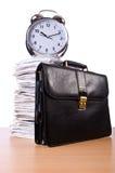 Pila di carte e di orologio Fotografie Stock Libere da Diritti