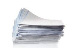 Pila di carte su bianco. Immagine Stock