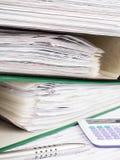 Pila di cartelle di archivio con i documenti Immagine Stock