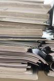 Pila di cartelle con i documenti Fotografie Stock Libere da Diritti
