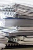 Pila di cartelle con i documenti Immagini Stock