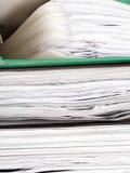 Pila di cartelle di archivio con i documenti Fotografia Stock