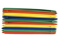 Pila di cartelle di archivio di plastica vibrante colorate Fotografia Stock Libera da Diritti