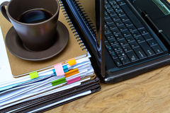 Pila di cartelle e di documenti con caffè Fotografia Stock