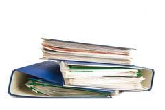 Pila di cartelle. Mucchio con i vecchi documenti e fatture. Isolato su fondo bianco Fotografia Stock