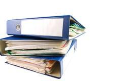 Pila di cartelle. Mucchio con i vecchi documenti e fatture. Isolato su fondo bianco Immagini Stock