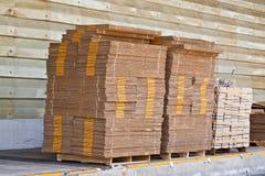 Pila di casella, consegna attendente in un magazzino Immagini Stock