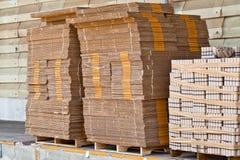 Pila di casella, consegna attendente in un magazzino Immagine Stock Libera da Diritti