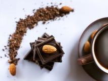 Pila di cioccolato fondente con un dado Fotografia Stock