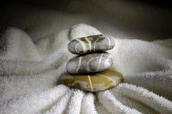 Pila di ciottoli sull'asciugamano Fotografia Stock
