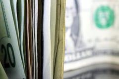 Pila di contanti che si leva in piedi sull'estremità Immagini Stock