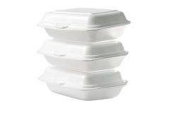 Pila di contenitori asportabili di schiuma di stirolo su fondo bianco: Percorso di ritaglio incluso Fotografia Stock Libera da Diritti