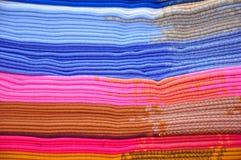 Pila di coperte blu e dentellare dell'alpaga Fotografie Stock Libere da Diritti