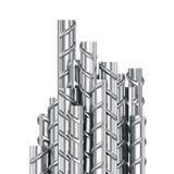 Pila di costruzione delle barre d'acciaio dell'armatura su fondo bianco illustrazione di stock
