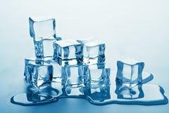 Pila di cubi di ghiaccio di fusione Immagini Stock