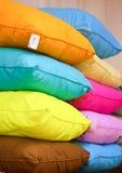 Pila di cuscini colourful immagine stock