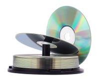 Pila di dischi Cd isolata su una priorità bassa bianca Immagine Stock