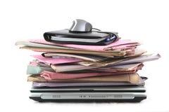 Pila di dispositivi di piegatura con il computer portatile ed il mouse Fotografia Stock