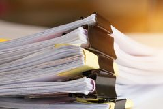 Pila di documenti cartacei con la clip, mucchio dei documenti non finiti fotografia stock libera da diritti