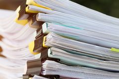 Pila di documenti di carte negli archivi di archivi con le carte della clip sulla tavola agli uffici, agli uffici occupati ed al  fotografia stock libera da diritti