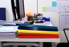 Pila di documenti e di cartelle di plastica della cresta Immagini Stock