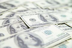 Pila di dollari americani isolati sopra fondo bianco Fotografie Stock