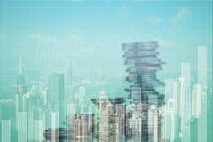 Pila di doppia esposizione di moneta con il grafico finanziario sopra la città e Immagini Stock Libere da Diritti