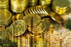 Pila di doppia esposizione di moneta con il grafico finanziario sopra la città e Immagine Stock Libera da Diritti