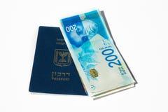 Pila di fatture di soldi israeliane dello shekel 200 e di passaporto israeliano Fotografia Stock Libera da Diritti