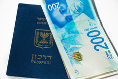 Pila di fatture di soldi israeliane dello shekel 200 e di passaporto israeliano Immagini Stock Libere da Diritti