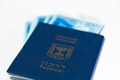 Pila di fatture di soldi israeliane dello shekel 200 e di passaporto israeliano Fotografia Stock