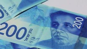 Pila di fatture di soldi israeliane dello shekel 200 - filtri a sinistra stock footage