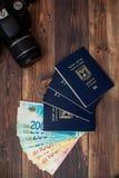 Pila di fatture di soldi israeliane dello shekel 200 e di passaporto israeliano Fotografie Stock